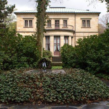 Haus Wahnfried, Rückansicht mit Grab, 2004