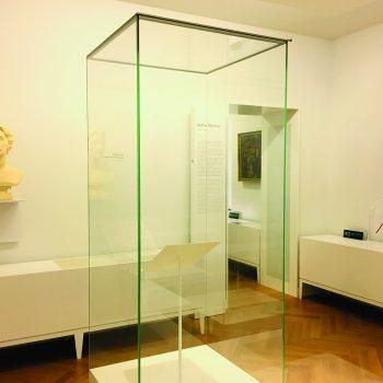 Foto: Der Taktstock in der Dauerausstellung mit einer Büste Cosima Wagners