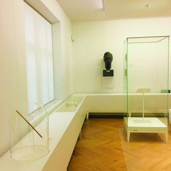 Foto: Der Taktstock in der Dauerausstellung mit einer Büste Friedrich Nietzsches