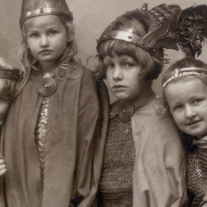 Foto: Die Kinder von Winifred Wagner kostümiert, 1924
