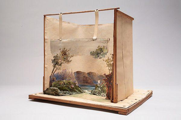 """Foto: Bühnenbildmodell einer Flusslandschaft für """"Götterdämmerung"""", Bühnenbildner: Max Brückner, 1908"""
