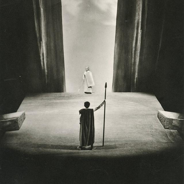 """Foto der Inszenierung von """"Siegfried"""" von Wieland Wagner, 1952"""
