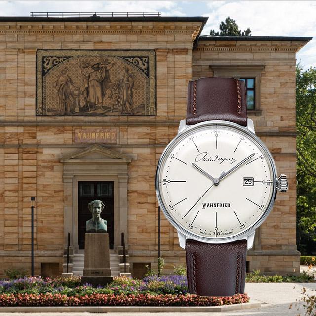 Fotomontage: Armbanduhr, sog. Wahnfried-Uhr, vor Haus Wahnfried, Voderansicht