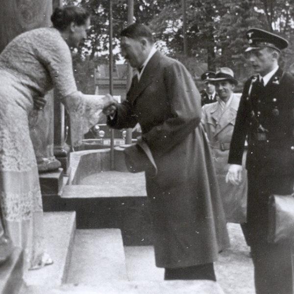 Foto: Winifred Wagner begrüßt Adolf Hitler