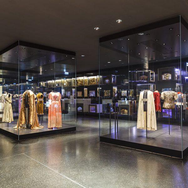 Foto: Vitrinen mit Kostümen und im Hintergrund Bühnenbild-Modellen der Bayreuther FFestspiele, Dauerausstellung im Neubau des Richard Wagner Museum