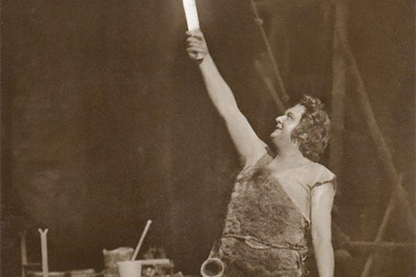 Foto: Die Figur Siegfried in Fell gekleidet mit Schwer