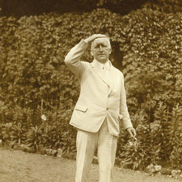 Siegfried stehend im Garten, 1927