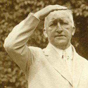 Foto: Siegfried Wagner, stehend im Garten, beschirmt sich die Augen mit der Hand, 1927 (Ausschnitt)