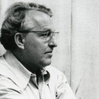 Foto von Wolfgang Wagner an einer Wand lehnend, um 1975 (Ausschnitt)