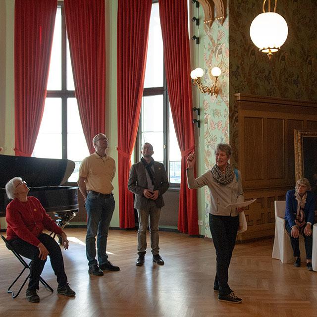 Foto: Museumsführung im Saal von Haus Wahnfried © Nationalarchiv der Richard-Wagner-Stiftung, Bayreuth