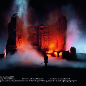 """Foto des rot beleuchteten Felsen in """"Die Walküre"""", Ring-Inszenierung von Patrice Chéreau, 1980"""