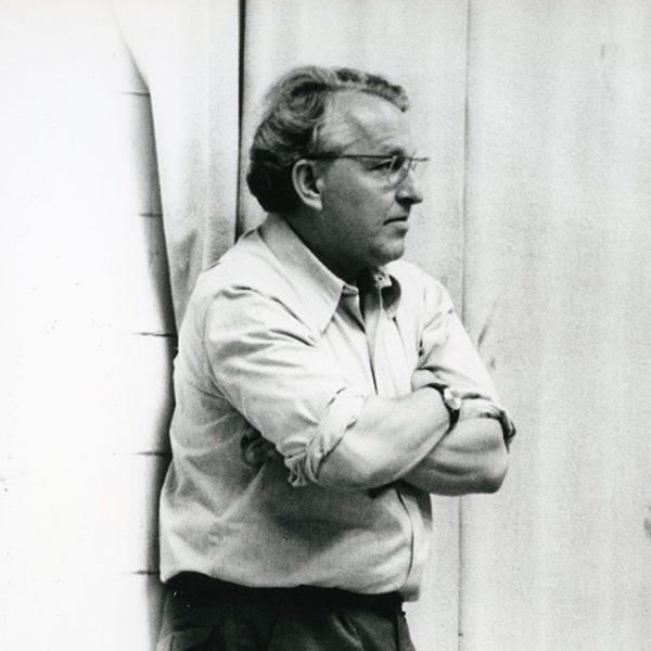 Foto: Wolfgang Wagner an einer Wand lehnend, um 1975 (Ausschnitt)