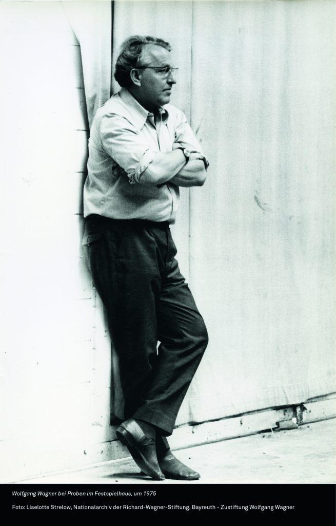 Foto von Wolfgang Wagner an einer Wand lehnend, um 1975