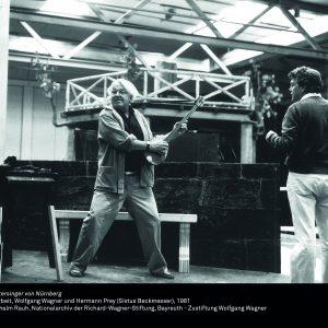 """Foto: Wolfgang Wagner spielt auf einer Laute bei der Probenarbeit zu """"Die Meistersinger von Nürnberg"""", 1981"""