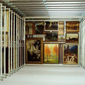 Foto eines Bilderzugs mit verschiedenen Ölgemälden im Depot des Museums