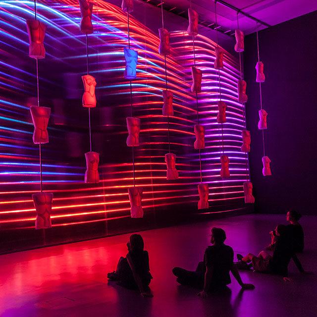 Foto: osalie: WAGNER   Heldendisplay – kinetisch-interaktive Licht-Klang-Skulptur