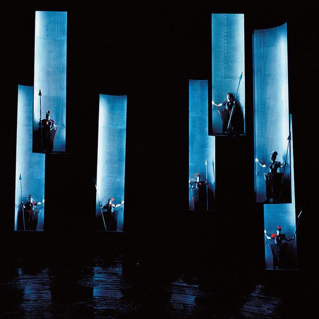 """Foto: Der """"Walkürenritt"""" in """"Die Walküre"""", Bühnenbild und Kostüme: rosalie, Bayreuther Festspiele 1994 bis 1998"""