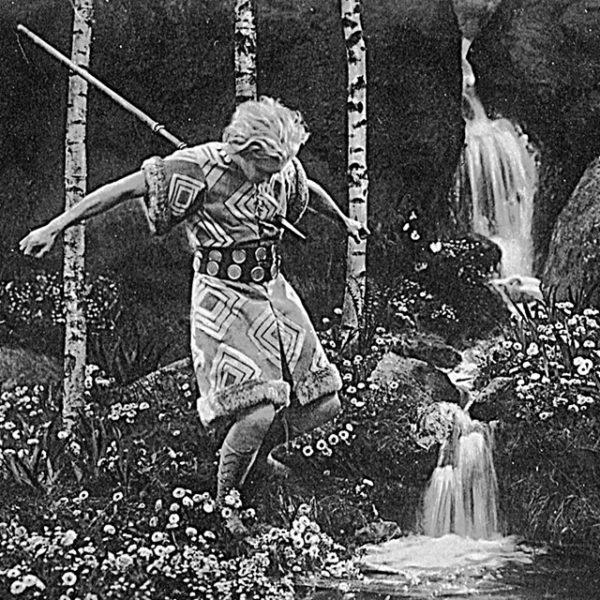 """Foto: Szenenfoto von Paul Richter als sterbender Siegfried in Fritz Langs """"Die Nibelungen"""", 1924."""