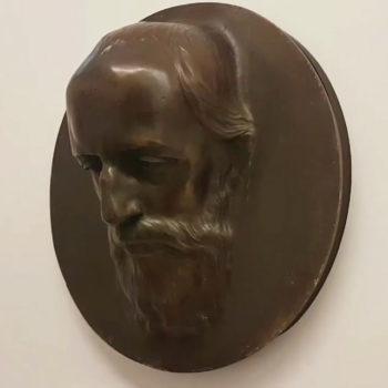 Foto: Bronzerelief Hermann Levis in der Dauerausstellung in Haus Wahnfried