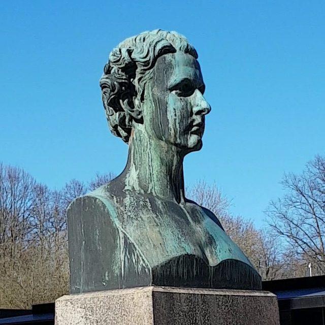 Foto: Büste Ludwigs II. auf dem Vorplatz vor Haus Wahnfried