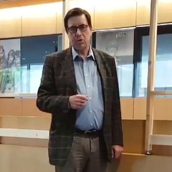 Foto: Museumsdirektor Dr. Sven Friedrich im Neubau vor dem Kassentresen mit Corona-Schutzmaßnahmen, 2020