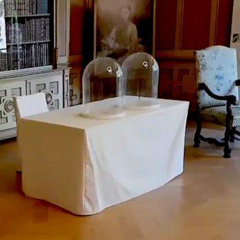 Foto: Originale und mit Hussen verhüllte Möbel im Saal von Haus Wahnfried