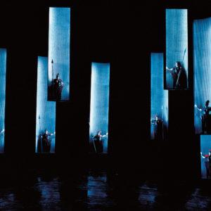 """Foto: rosalie: Der """"Walkürenritt"""" in """"Die Walküre"""", Bühnenbild und Kostüme: rosalie, Bayreuther Festspiele 1994 bis 1998"""