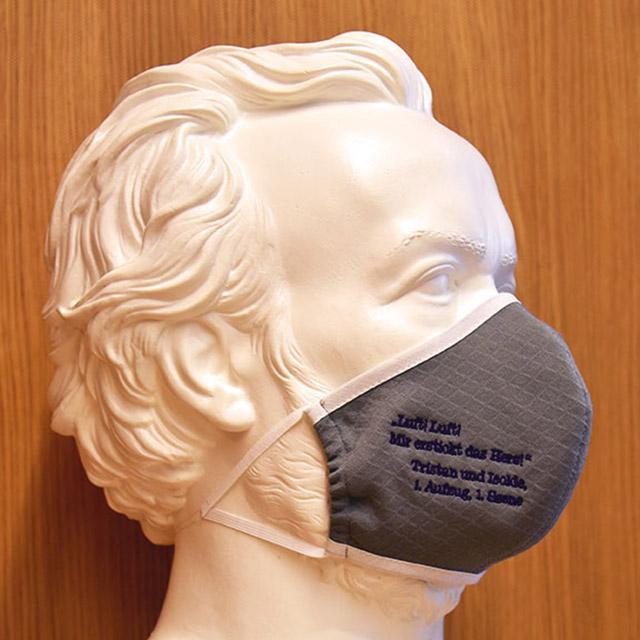 Foto: Skulptur Richard Wagners mit grauer Maske mit Tristan-Zitat, Oktober 2020
