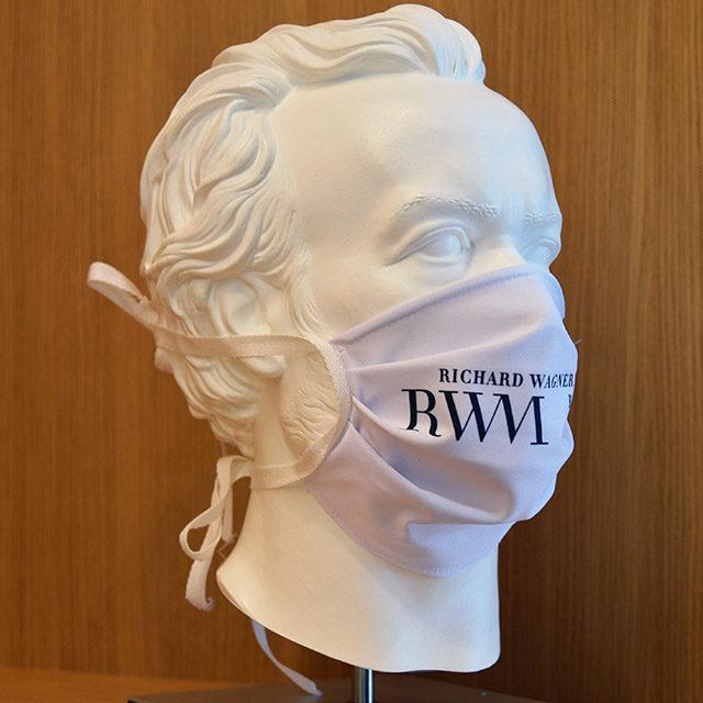 Foto: Skulptur Richard Wagners mit weißer Maske mit Logo des Richard Wagner Museums, Mai 2020